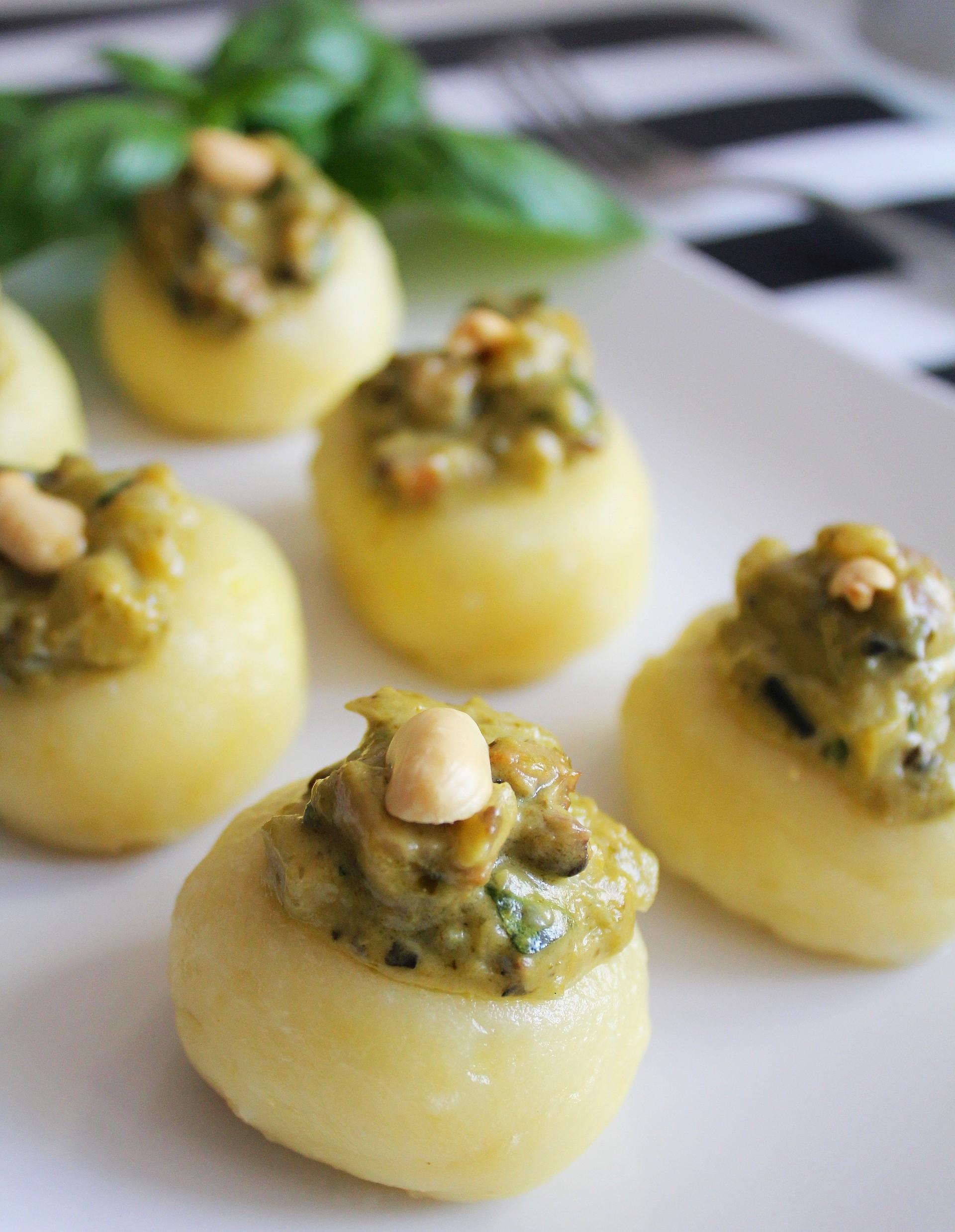 Aromatyczne kluski śląskie serwowane z kremowym sosem serowym z pesto, pieczarkami i orzechami