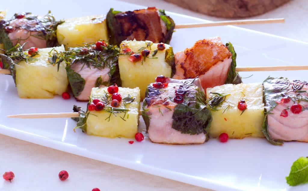 Szaszłyki z łososiem i ananasem