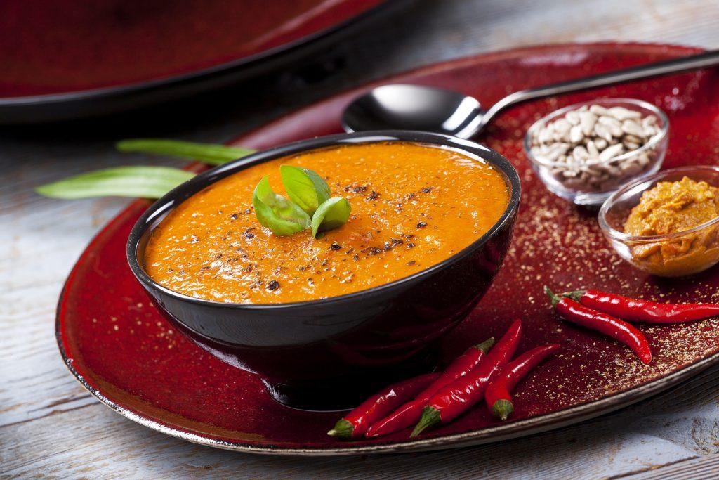 Krem z batatów i pieczonej papryki z pastą z pestkami słonecznika, suszonymi pomidorami i bazylią