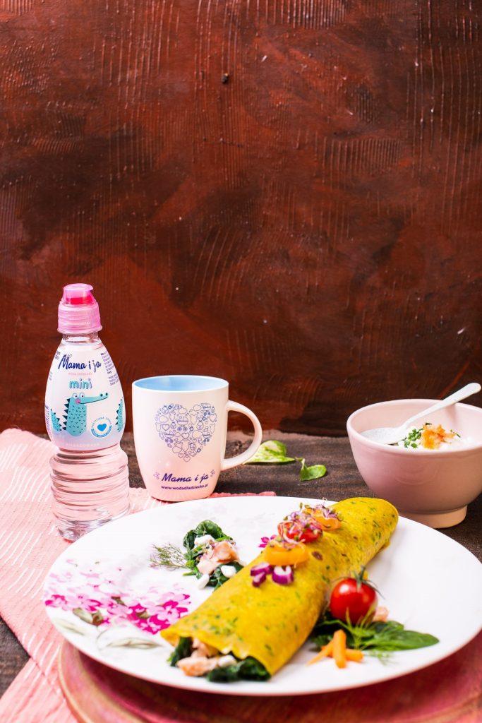 Naleśniki na wodzie z serkiem wiejskim, łososiem na parze, szpinakiem i pomidorem (2)