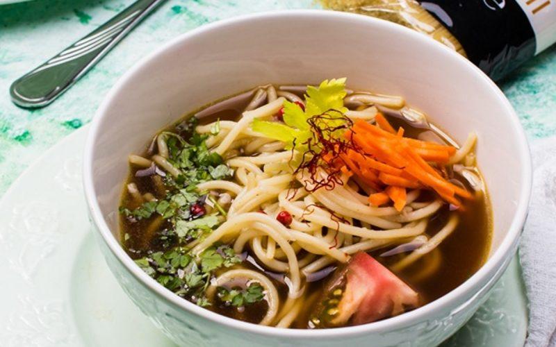 Rosół wegetariański z grzybami i makaronem